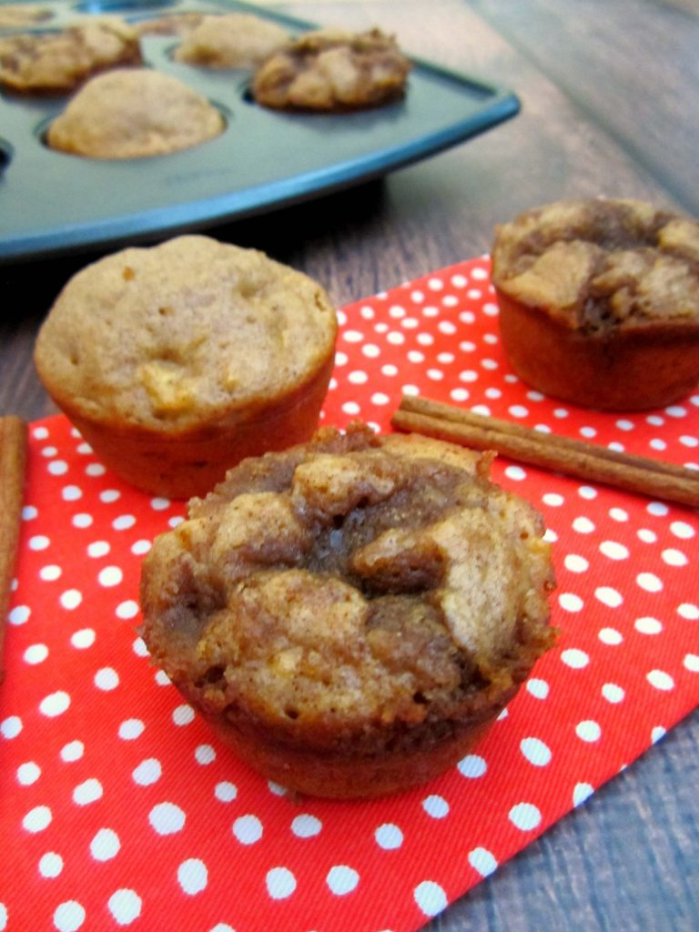 Full of cozy fall flavors, these Apple Cinnamon Muffins will warm your taste buds and delight your senses with its cinnamon aroma. #pumpkinnspice #muffins #applecinnamon #breakfast #onthego