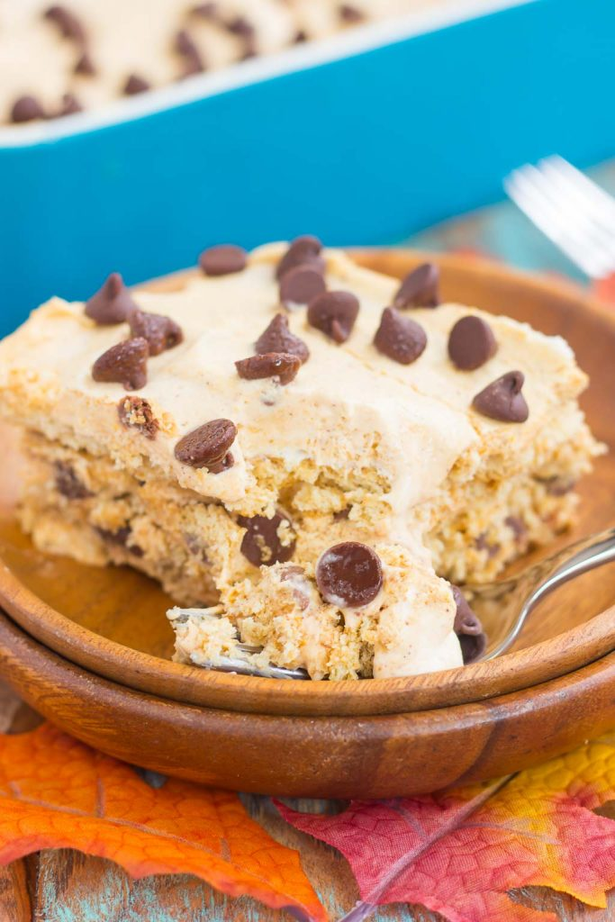This No Bake Pumpkin Chocolate Chip Icebox Cake is an easy fall dessert that's layered with graham crackers, pumpkin spiced whipped cream, and chocolate chips. With just a few ingredients and minimal prep time, this dish is the perfect combination of pumpkin and chocolate! #iceboxcake #iceboxcakerecipes #pumpkiniceboxcake #nobakedesserts #pumpkindessert #falldesserts #falldessertrecipes