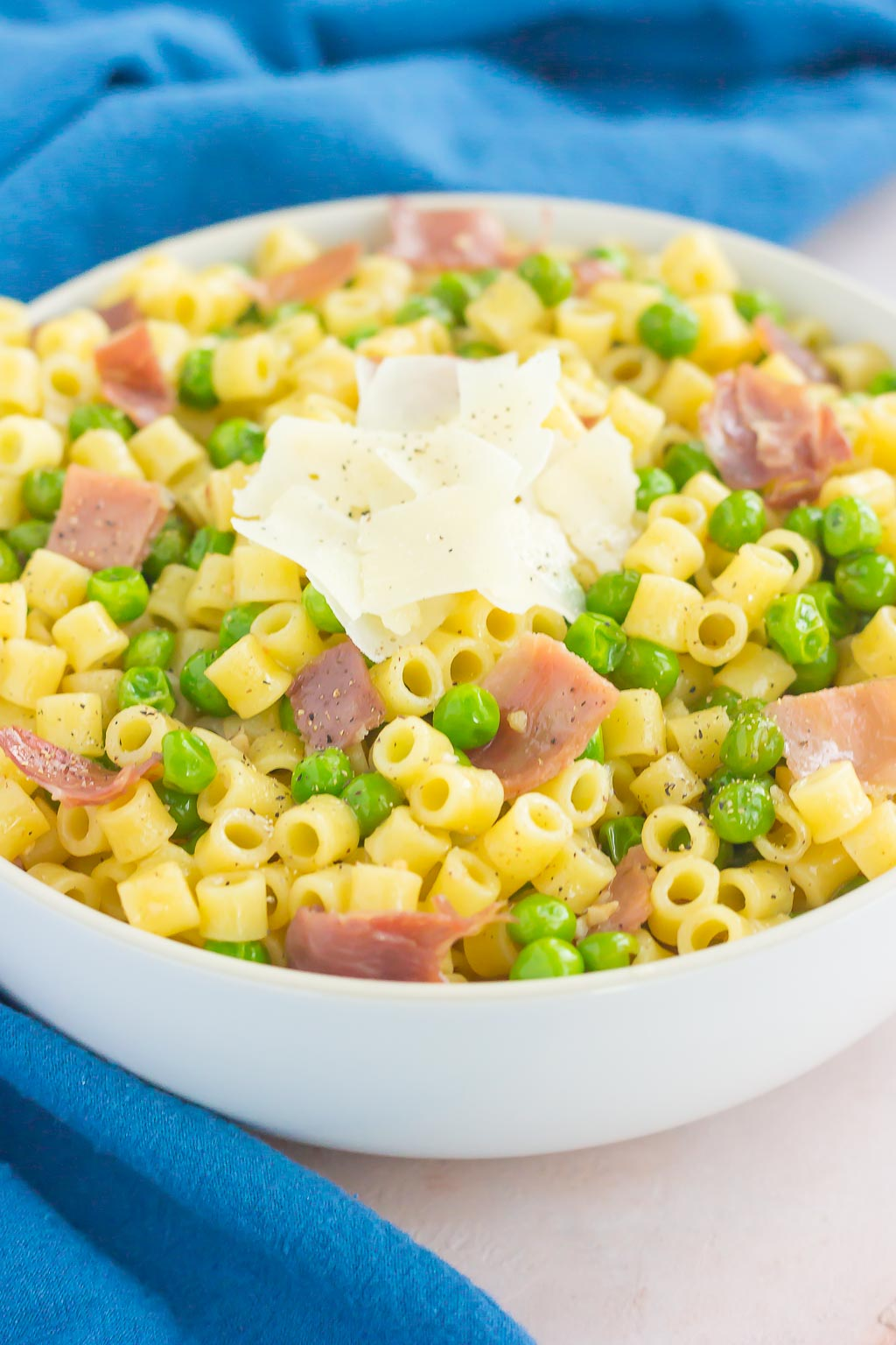 Garlic Butter Pasta with Prosciutto and Peas is a simple dish that's ready in less than 30 minutes. Filled with tender pasta, crispy prosciutto, peas, and a garlic butter sauce, this meal is packed simple ingredients and perfect for the whole family to enjoy!  #pasta #garlicpasta #butterpasta #garlicbutterpasta #prosciutto #prosciuttopasta #easydinner #dinner